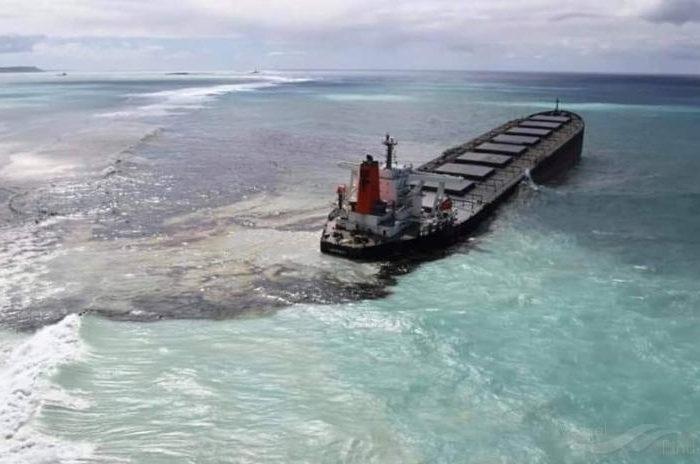 Аварийный балкер на Маврикии может расколоться пополам