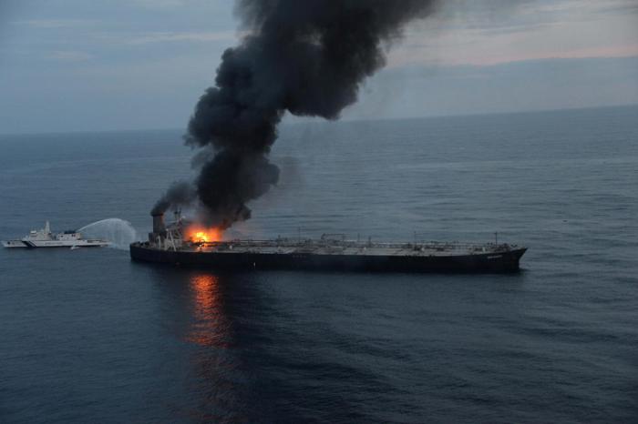 Вокруг сгоревшего танкера New Diamond разливается нефтяное пятно