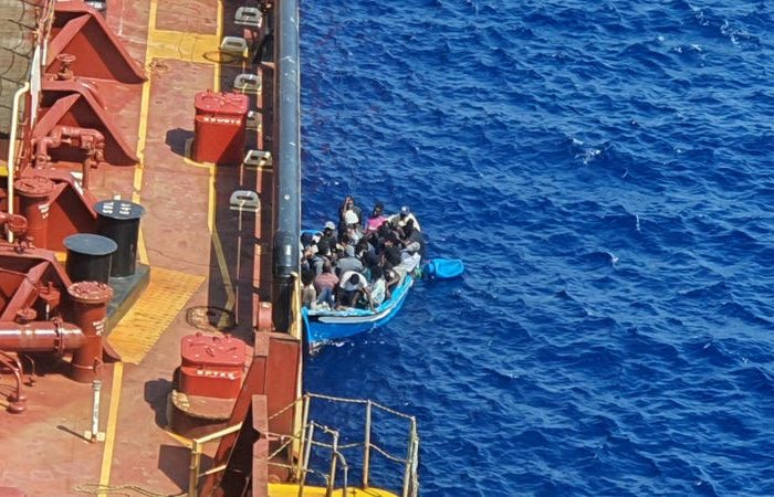 Мигранты из Maersk Etienne переехали на корабль NPO