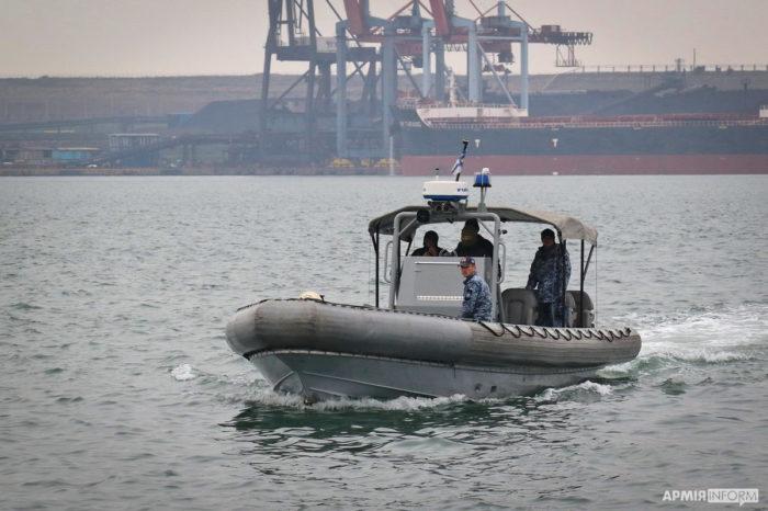 """Военные водолазы США исследуют причалы в """"Южном"""""""