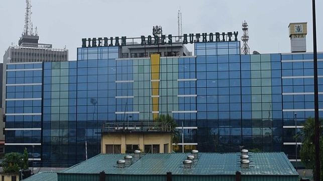 В Нигерии из-за протестов сгорел офис портового управления