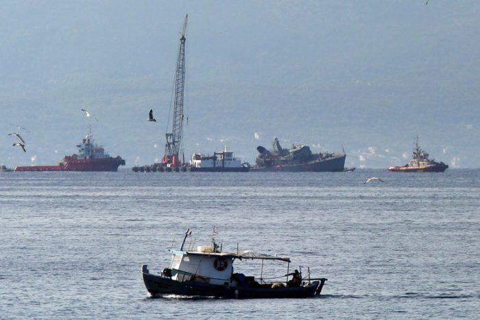 В Греции военный корабль столкнулся с торговым судном