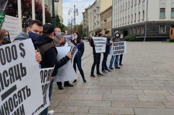 Моряки вышли на митинг под Офисом Президента