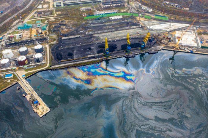 В российском порту обнаружен большой разлив нефти