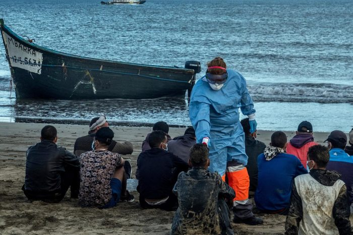 У Канарских островов опрокинулась лодка с мигрантами