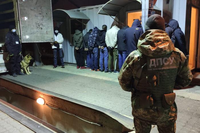 В Черноморском порту обнаружили 13 нелегалов