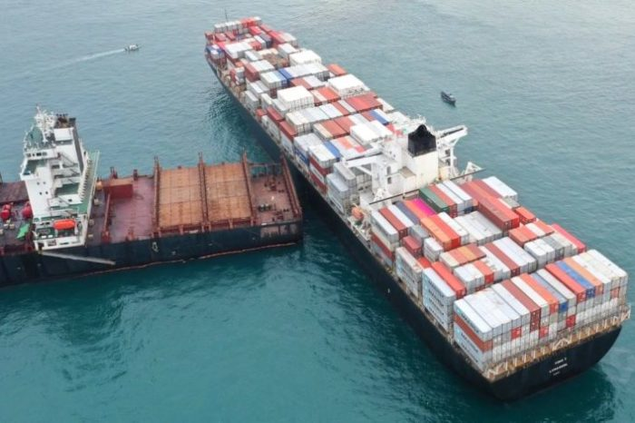 Столкновение двух контейнеровозов произошло в Индонезии