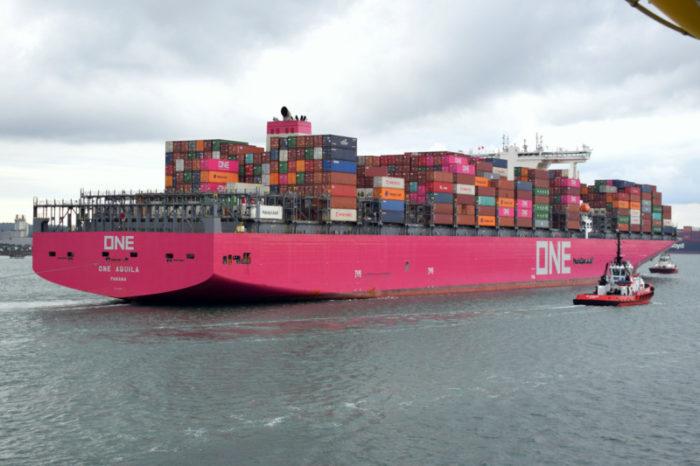 ЧП в Тихом океане: судно лишилось более 100 контейнеров