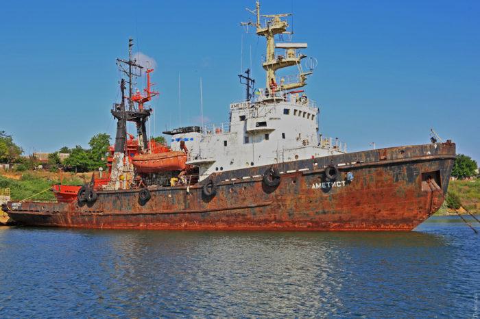 В Черноморске тонет судно спасательной службы?