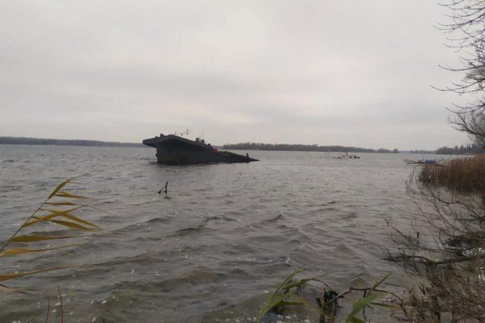 Затонувшая баржа: подробности происшествия