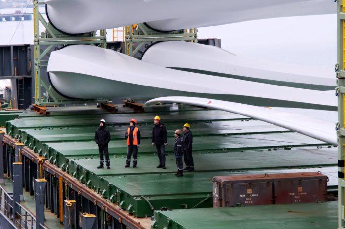 """МТП """"Южный"""" обработал судно с 72-метровыми лопастями"""