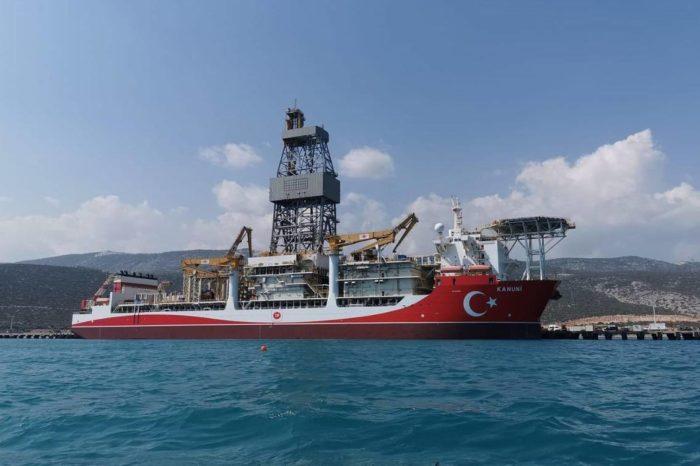Турецкое судно направляется в Черное море для бурения газа