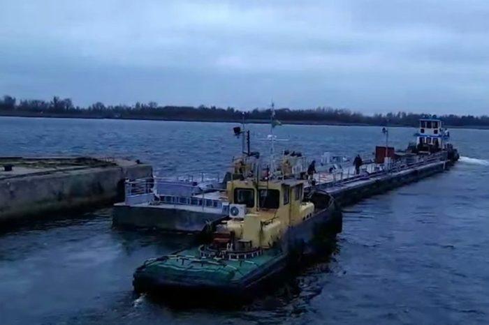Плавучий причал ВМС отправляется из Херсона в Южный (Видео)