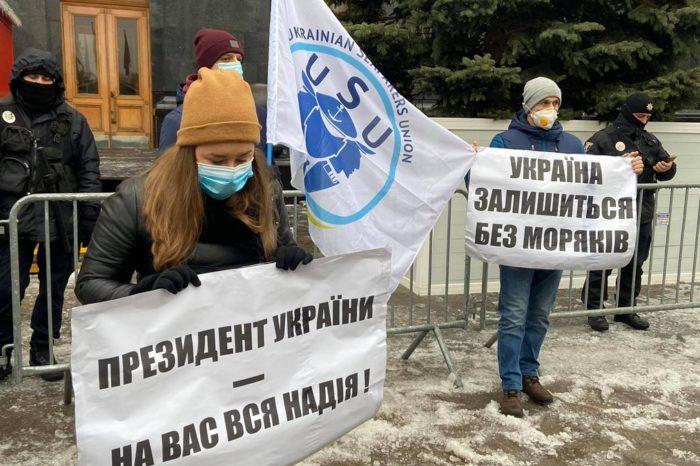 Моряки вышли на акцию протеста под Офис Президента