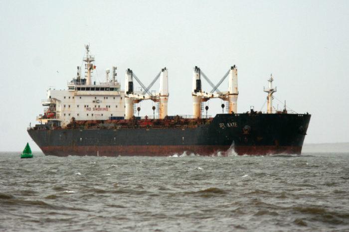 Больные COVID-19 моряки застряли без помощи на судне в водах Малайзии, среди них — двое украинцев