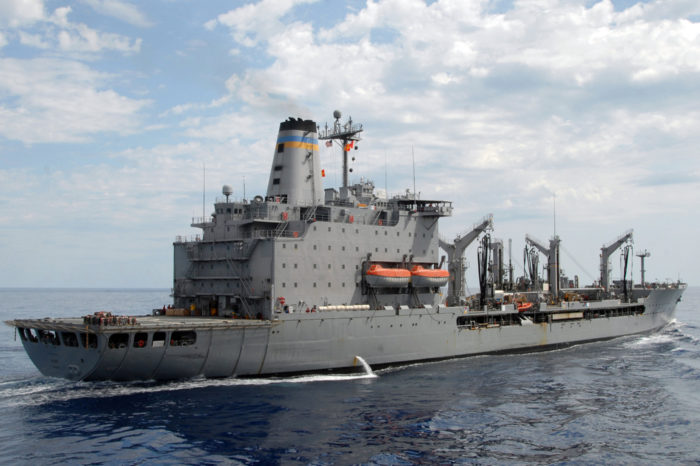 Эсминец и танкер ВМС США вошли в Черное море