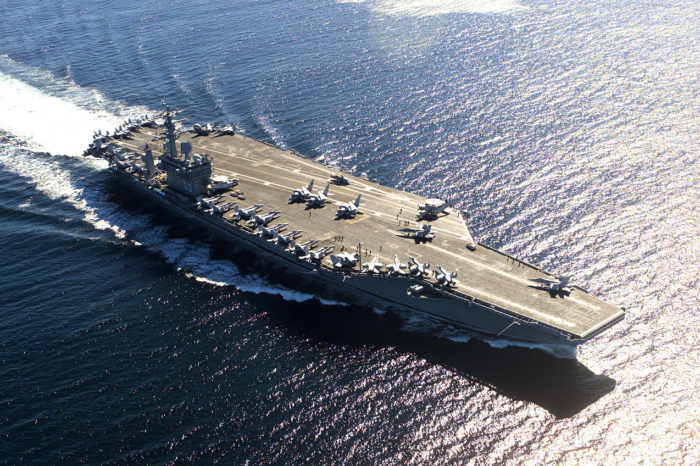 Иранская ракета упала в океан в 30 км от торгового судна и в 160 км — от авианосной ударной группы ВМС США