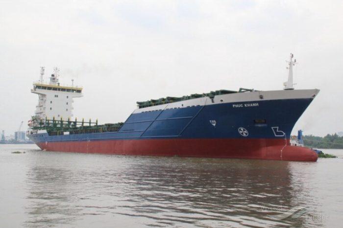 Контейнеровоз врезался в кран в порту Вьетнама (видео)
