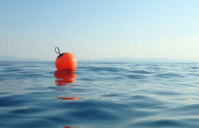 Рыбацкий буй спас моряка, который упал за борт в открытом море