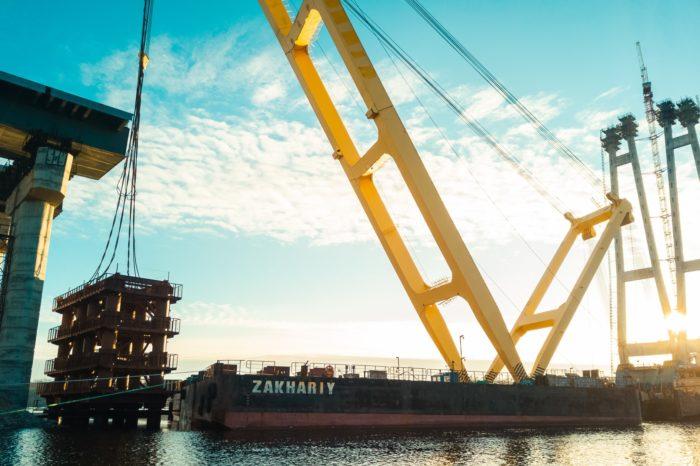 Плавкран «Захарий» начал работы по строительству моста в Запорожье (ФОТО)