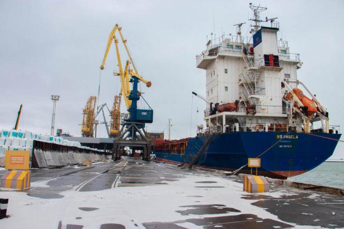 В Мариупольском порту обработали груз минеральных удобрений