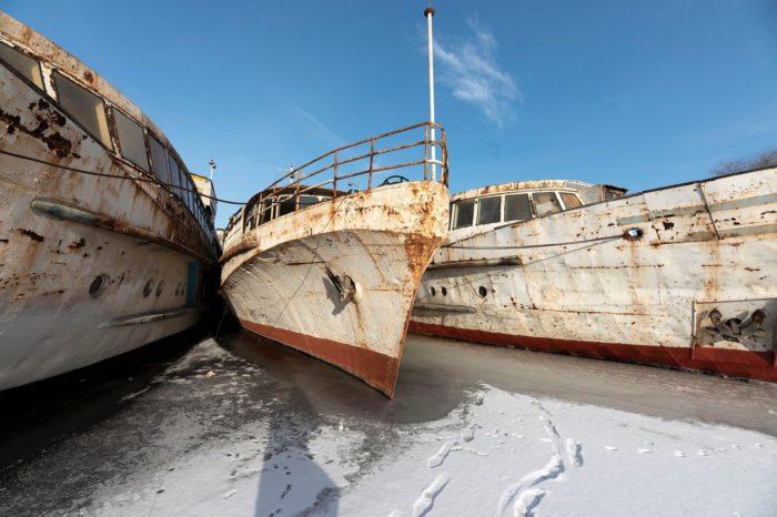 Фото дня: кладбище судов на замерзшем Днепре