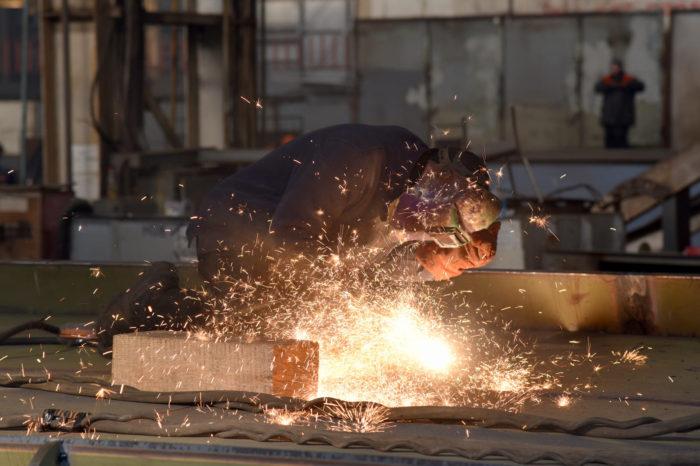 Фото дня: будни рабочих на судостроительном заводе «Океан»