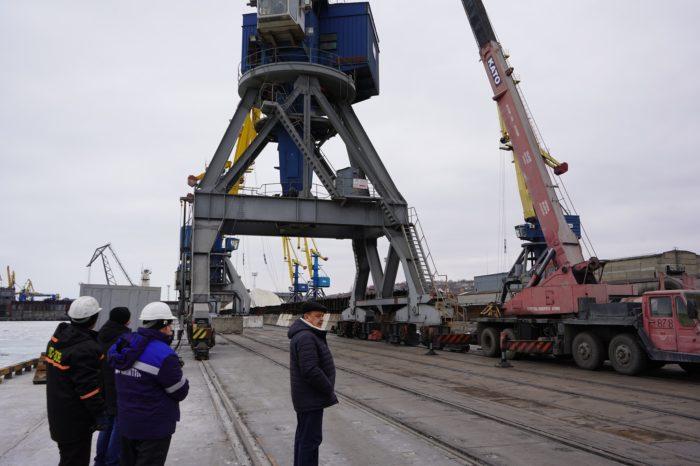В Мариупольском порту портальный кран «переезжает» на другой причал