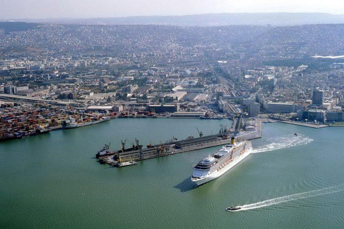 В турецком порту Измир смерч сильно повредил суда, краны и контейнеры