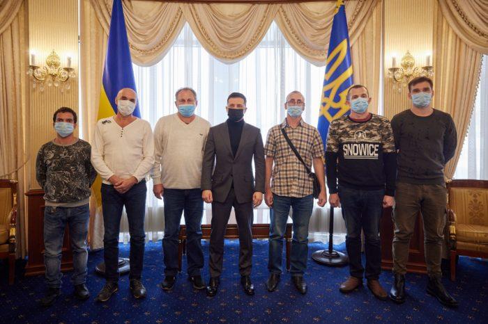 В Украину вернулись 6 моряков, освобожденных из плена пиратов