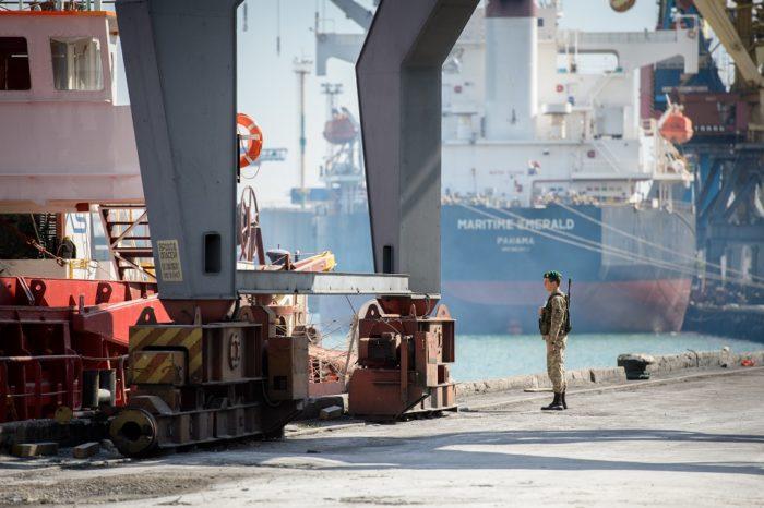На иностранном судне пограничники обнаружили нелегальных мигрантов