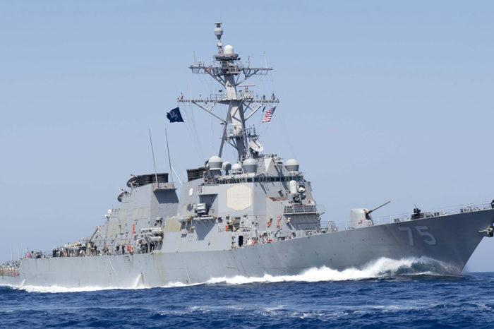 Бомбардировщик РФ пролетел вблизи эсминца США в Черном море