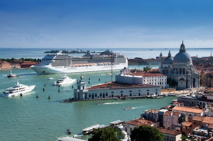 Круизным лайнерам запретят заходить в Венецию