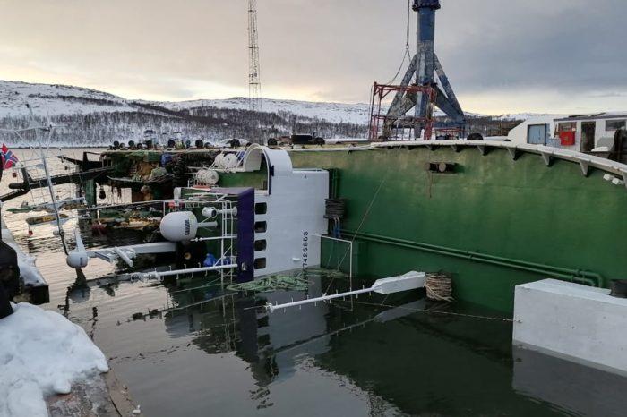 Российское судно опрокинулось при спуске на воду (ФОТО)