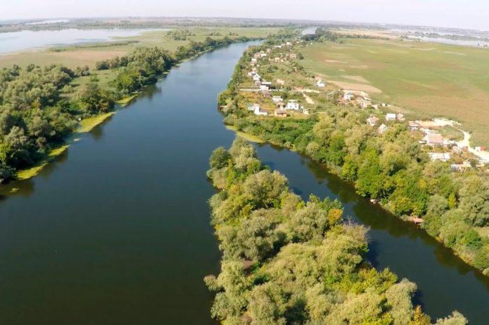 Километровое пятно нефтепродуктов обнаружили на реке в Херсоне