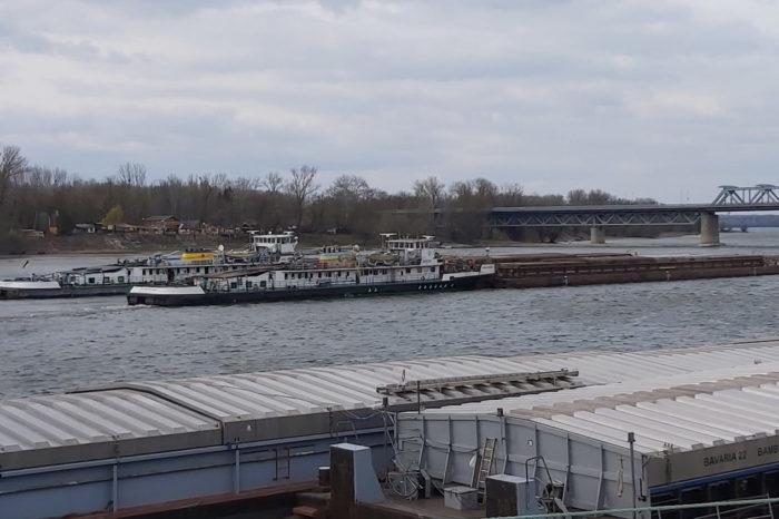 В Венгрии судно УДП врезалось в опору моста (ФОТО)