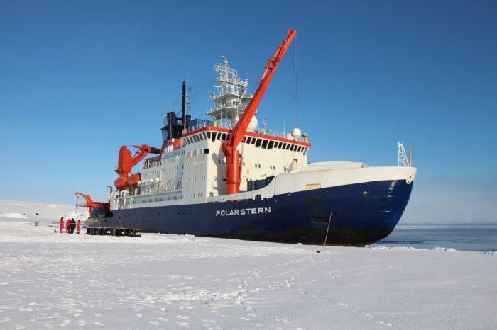 Ледокол Polarstern смог обойти мега-айсберг A74 по узкому каналу
