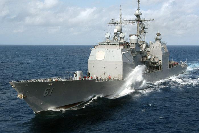 Ракетный крейсер ВМС США идет в Черное море