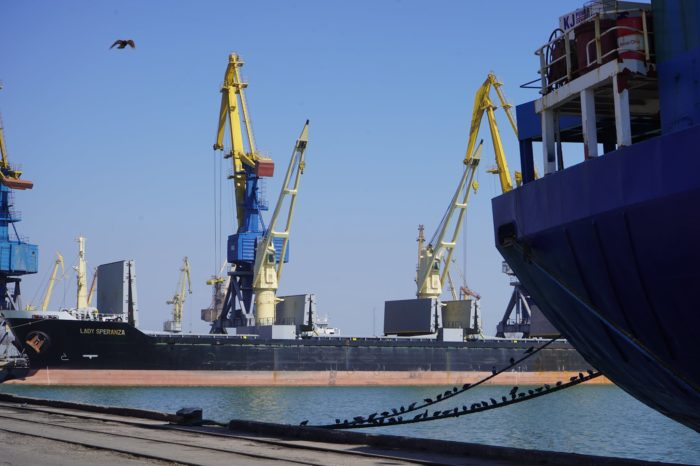 За пять дней апреля Мариупольский порт обработал 9 судов