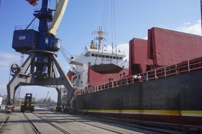 С начала апреля Мариупольский порт обработал 32 судна