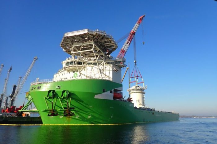 Видео дня: в порт Гданьск зашло на ремонт крановое судно «Orion I»