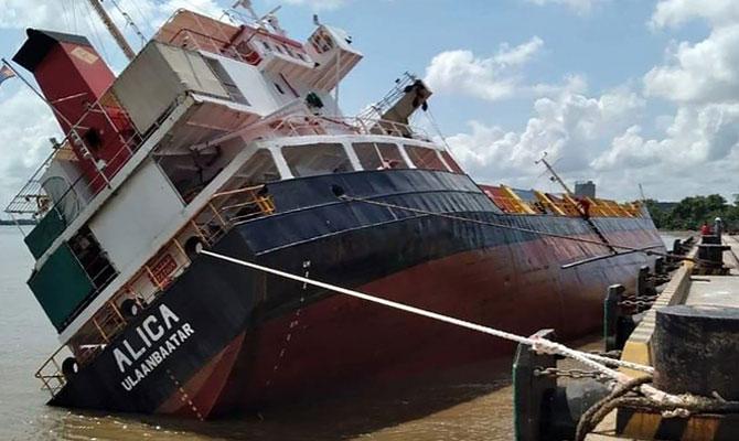 Во вьетнамском порту накренившееся судно потеряло контейнеры (ВИДЕО)