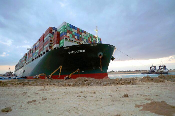 Страховщик контейнеровоза Ever Given оспаривает арест судна