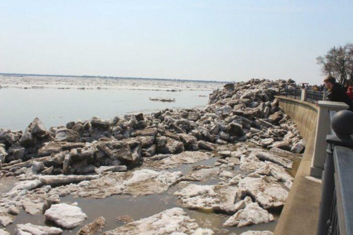 Ледоход на Амуре повредил часть набережной (ВИДЕО)