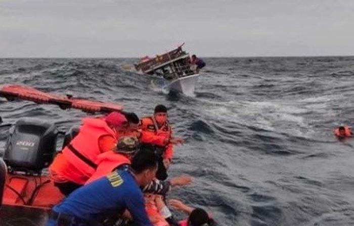 У берегов Явы рыболовный траулер столкнулся с балкером