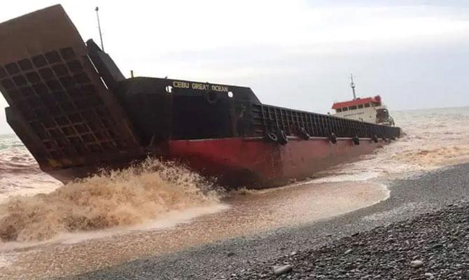 Два судна пострадали из-за тайфуна на Филиппинах