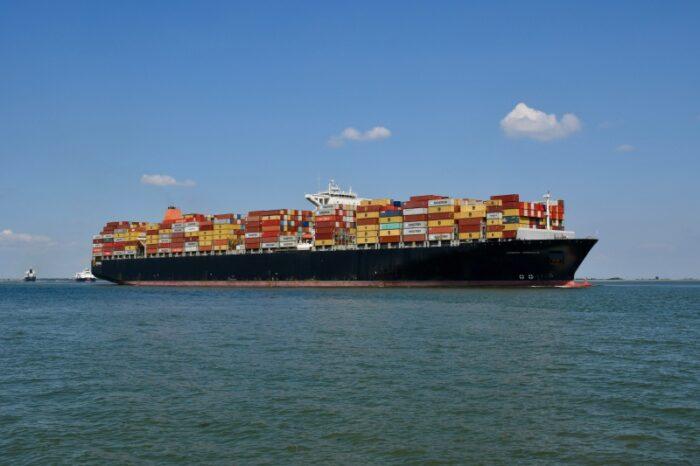 В Суэцком канале сел на мель контейнеровоз Maersk
