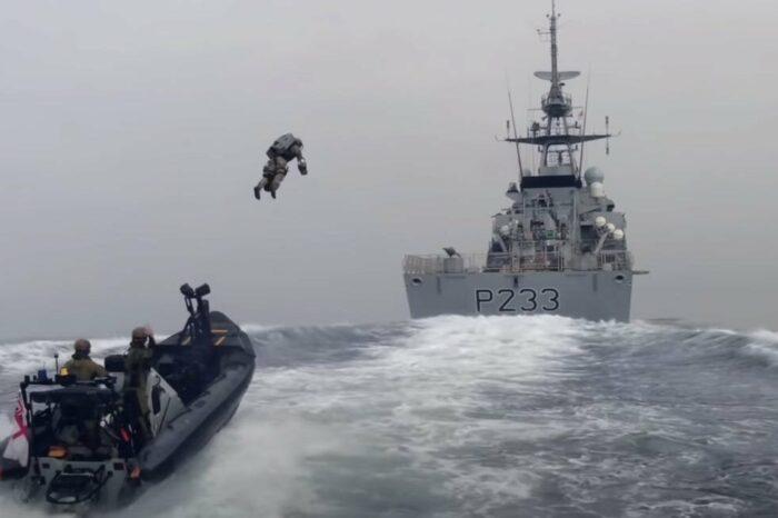 Королевская морская пехота отрабатывает штурм корабля на реактивных ранцах (ВИДЕО)