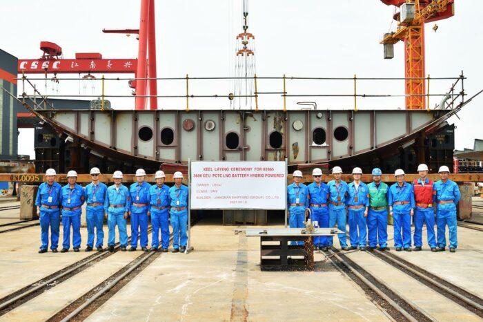 В Шанхае заложили киль третьего гибридного автомобилевоза для UECC