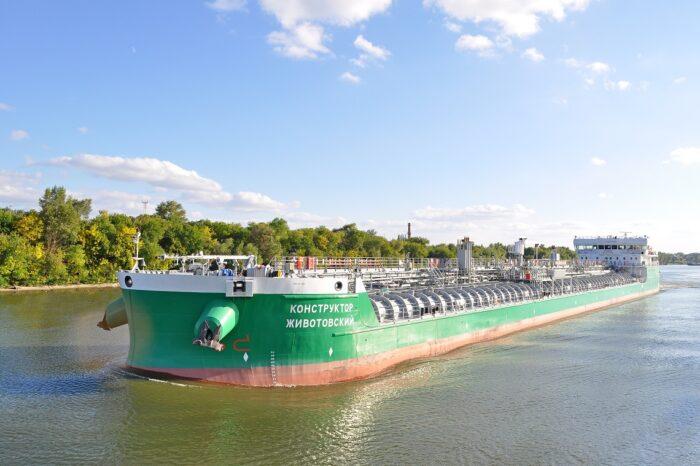 Российский танкер врезался в нефтяную вышку